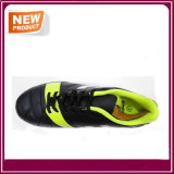 運動方法人はインドアサッカーの靴をひもで締める
