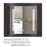 Specchio decorativo fissato al muro chiaro della stanza da bagno di passo del LED