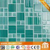 Mano che vernicia il mosaico di vetro di colore verde (G455004)
