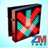 Cruz vermelha & luz de indicador verde da pista de tráfego da seta