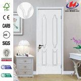 スムーズでより白いプライマーMDFによって浮彫りにされる木のドア