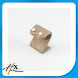 Os suportes lisos pequenos do indicador do metal do brinco com couro cobriram