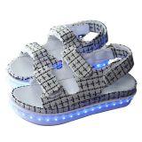 Feito no diodo emissor de luz de China iluminar acima sandálias da mulher para a menina