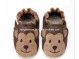 ブラウンの子犬によって編まれる赤ん坊靴