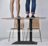 現代レストランのダイニングテーブル4の椅子の家具は販売のためにセットした