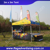 يفرقع صاحب مصنع من عالة [بورتبل] خارجيّة يطوي معرض فوق خيمة