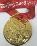 リボンが付いている2008年の北京のオリンピックの金の記念品メダル