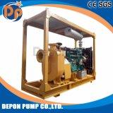 Individu amorçant la pompe à eau d'irrigation de moteur diesel