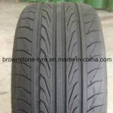 Neumático lejano del coche de la marca de fábrica del camino