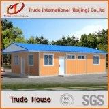 Casa de aço com os painéis de revestimento do PVC