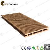 庭のPwcの木製の屋外の床