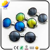 方法星の人および女性の表面カラーフィルム反射レンズのサングラスの人のサングラス