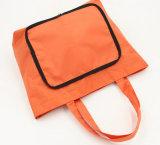 Förderung, die orange Einkaufen-Handtaschen faltet