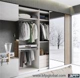 Guardaroba della camera da letto del portello scorrevole dello specchio