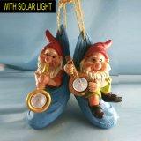 Mooie Slingerende Gnoom met het Zonne Lichte Ornament van de Hangende Tuin Polyresin