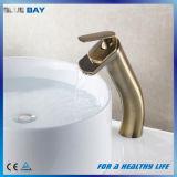 Robinet de bassin de salle de bains monté par paquet en laiton antique avec le bec de cascade à écriture ligne par ligne
