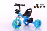 طفلة درّاجة ثلاثية مع لون موسيقى وضوء