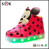 7개의 색깔 점화를 가진 아이를 위한 위로 번쩍이는 재충전용 LED 단화가 높은 최고 운동화에 의하여 점화한다