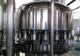 Macchina di rifornimento imbottigliante dell'acqua con il coperchiamento