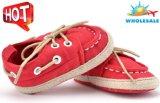L'enfant en bas âge d'intérieur de modèle neuf de semelles molles simples en gros de lacets chausse les chaussures occasionnelles de bébé