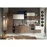 現代暗い木製の穀物および白い無光沢のラッカー食器棚