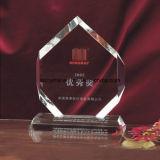 Os polegares do cristal concedem acima o troféu para lembranças