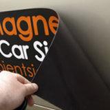 A etiqueta removível do ímã, estala acima o sinal magnético para o carro