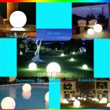 Il natale illuminato orna la sfera decorativa dell'indicatore luminoso di natale del LED con il periferico