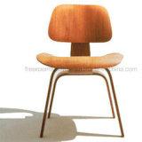 Eames는 합판 라운지용 의자를 주조했다