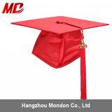 Chapeaux rouges de graduation pour des enfants brillants