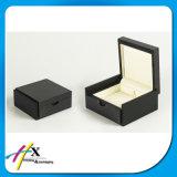 小さい木の穴を開けられたリングの宝石箱