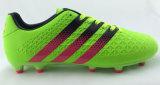 人のトレイニーのフットボールの靴