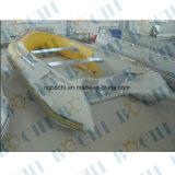 Barca gonfiabile di velocità della sezione comandi concentrare delle 3 persone