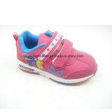 Les chaussures des enfants colorés, chaussures extérieures, chaussures d'école