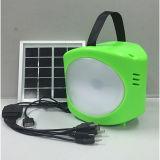 Mano colorida del ABS que quiebra la lámpara que acampa solar con el cargador del USB