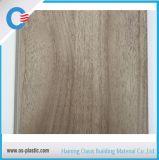 la anchura de los 20cm a de los 30cm laminó el panel plástico de madera del PVC del panel de pared del PVC de la textura del diseño del grano