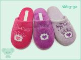 冬の暖かく柔らかい子供の靴の屋内スリッパ
