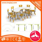 유치원을%s 정연한 테이블 그리고 의자가 더 강한 플라스틱에 의하여 농담을 한다