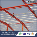 Almacén de la estructura de acero con la grúa