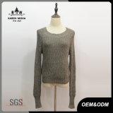 女性の緑の長い袖のLeisereによって編まれるセーター