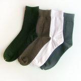Gli uomini hanno pettinato la fabbrica dei calzini del cotone