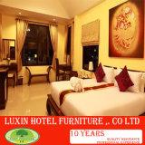 Luxuxmöbel, klassische hölzerne Auslegung widergespiegeltes italienisches provinzielles Hotel-Schlafzimmer