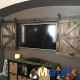 Interior de madera del gabinete puerta de granero con el hardware