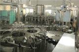 Machine recouvrante remplissante de lavage mis en bouteille de jus avec du ce