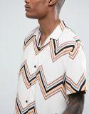 A camisa desproporcionado dos homens com Revere o colar