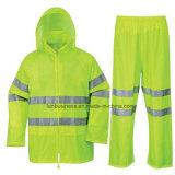 Rivestimento e mutanda gialli dell'indumenti impermeabili con nastro adesivo riflettente
