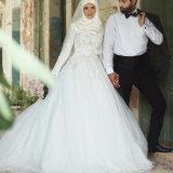 모슬린 백색 가득 차있는 소매는 창틀로 뒤 레이스 Tulle 결혼 예복을 덮었다