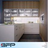 簡単な様式の白い薄板にされた食器棚