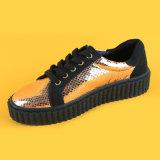 Dorati personalizzati merlettano in su le scarpe da tennis casuali delle sole donne nere di modo