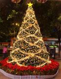 Árvore de Natal artificial grande do uso ao ar livre